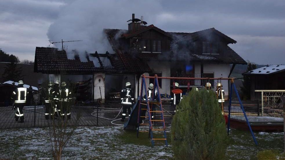Feuerwehrkräfte am Brandort in Windorf