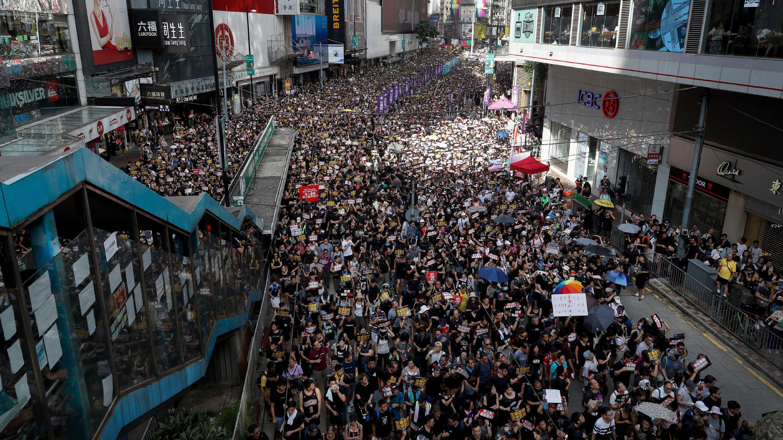 Zehntausende demonstrieren in Hongkong gegen Regierung und Polizei