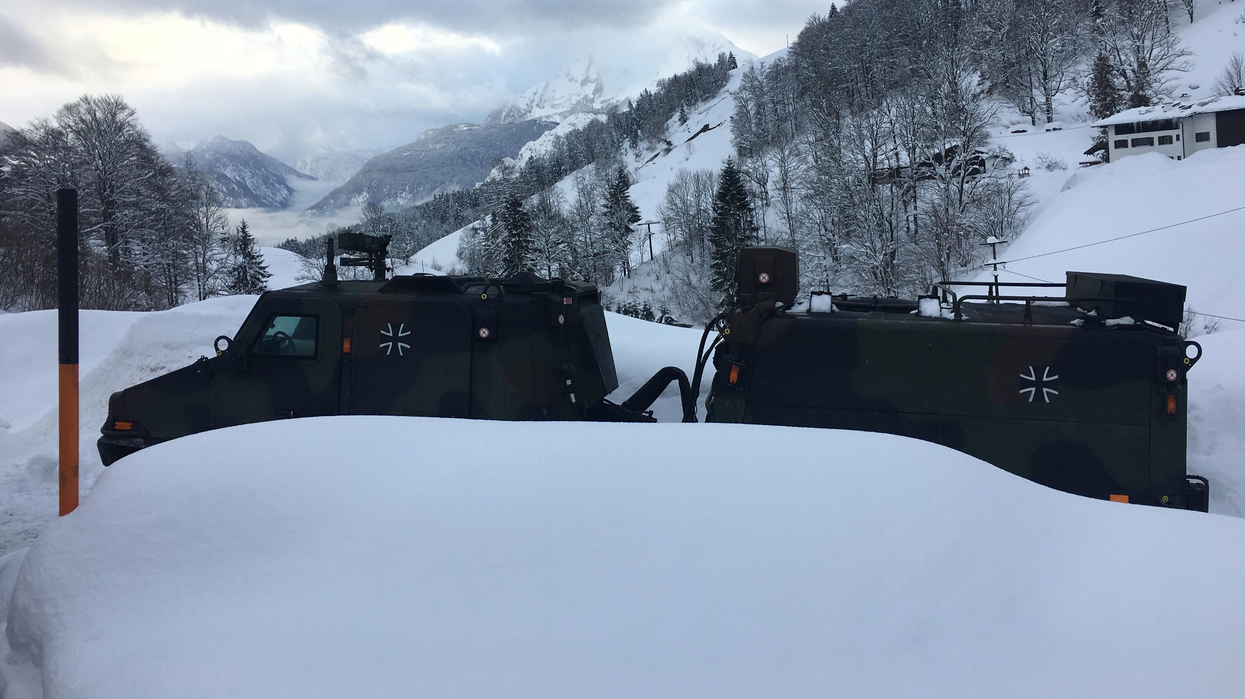 Ein Überschnee-Fahrzeug vom Typ Hägglund des Gebirgsjägerbataillons 232 steht einsatzbereit zwischen Schneemassen in Maria Gern.