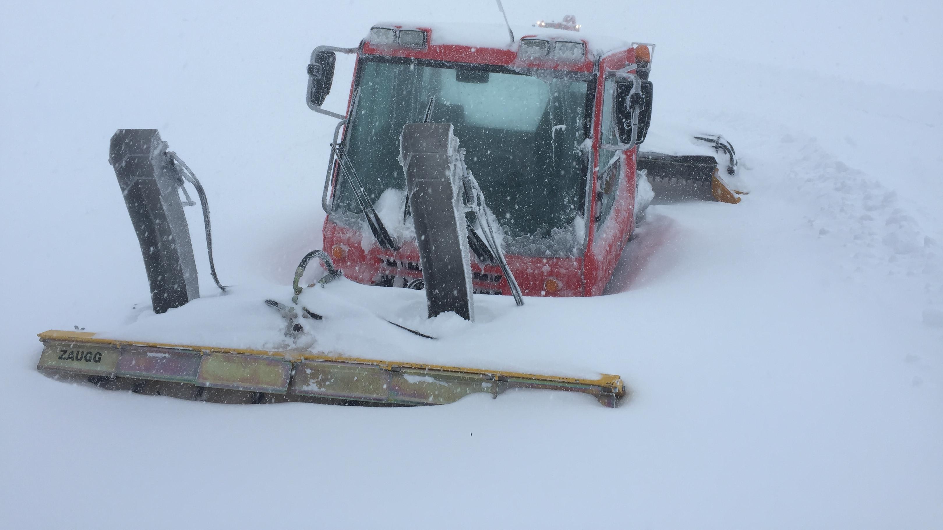 Ein eingeschneiter Pistenbully am Nebelhorn im Allgäu.