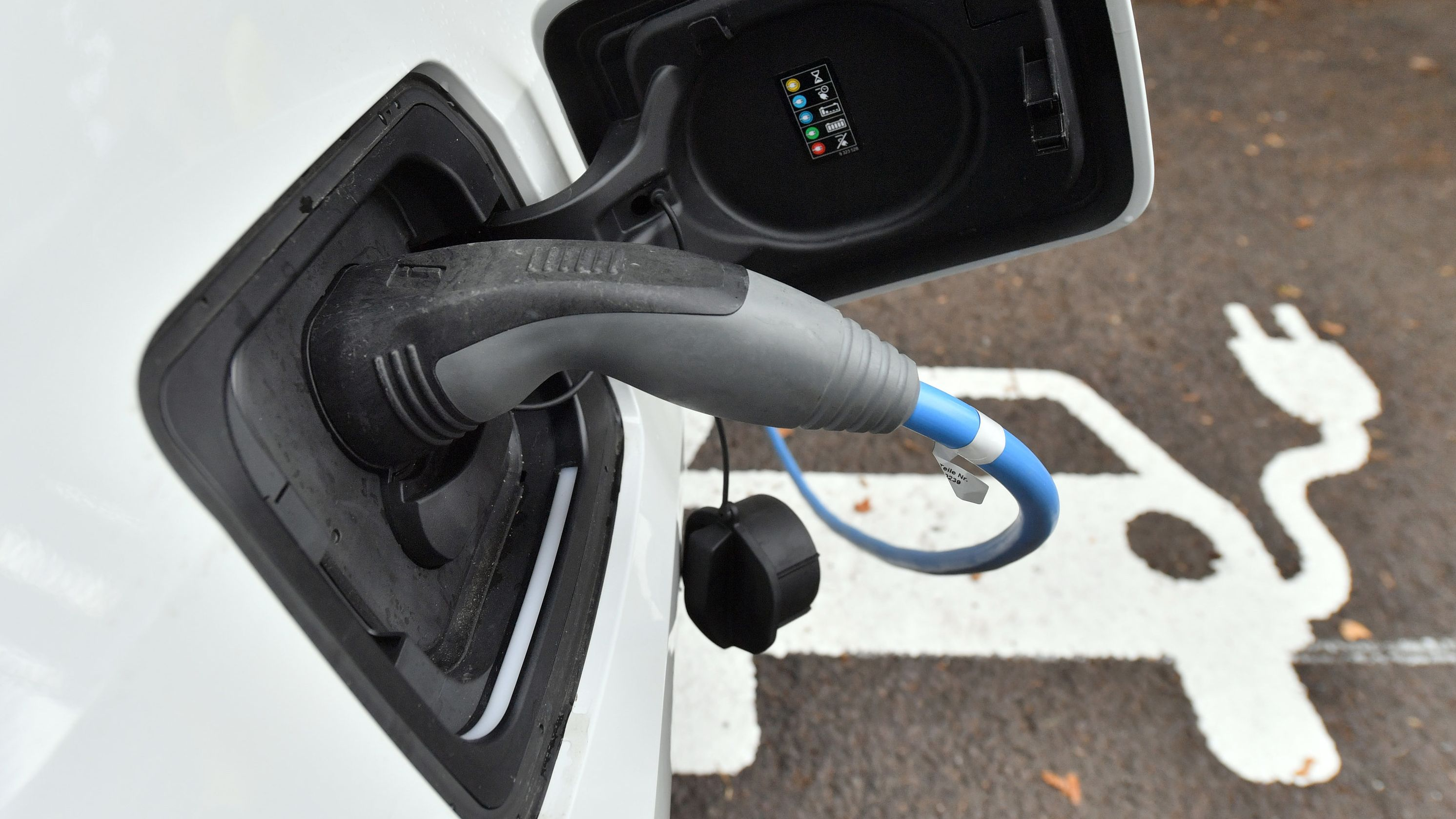 Ein Elektroauto wird an einer Ladestation aufgeladen (Archivbild)