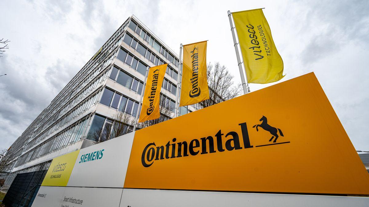 Fahnen mit dem Schriftzug von Continental und Vitesco wehen im Elektronikwerk in Regensburg.