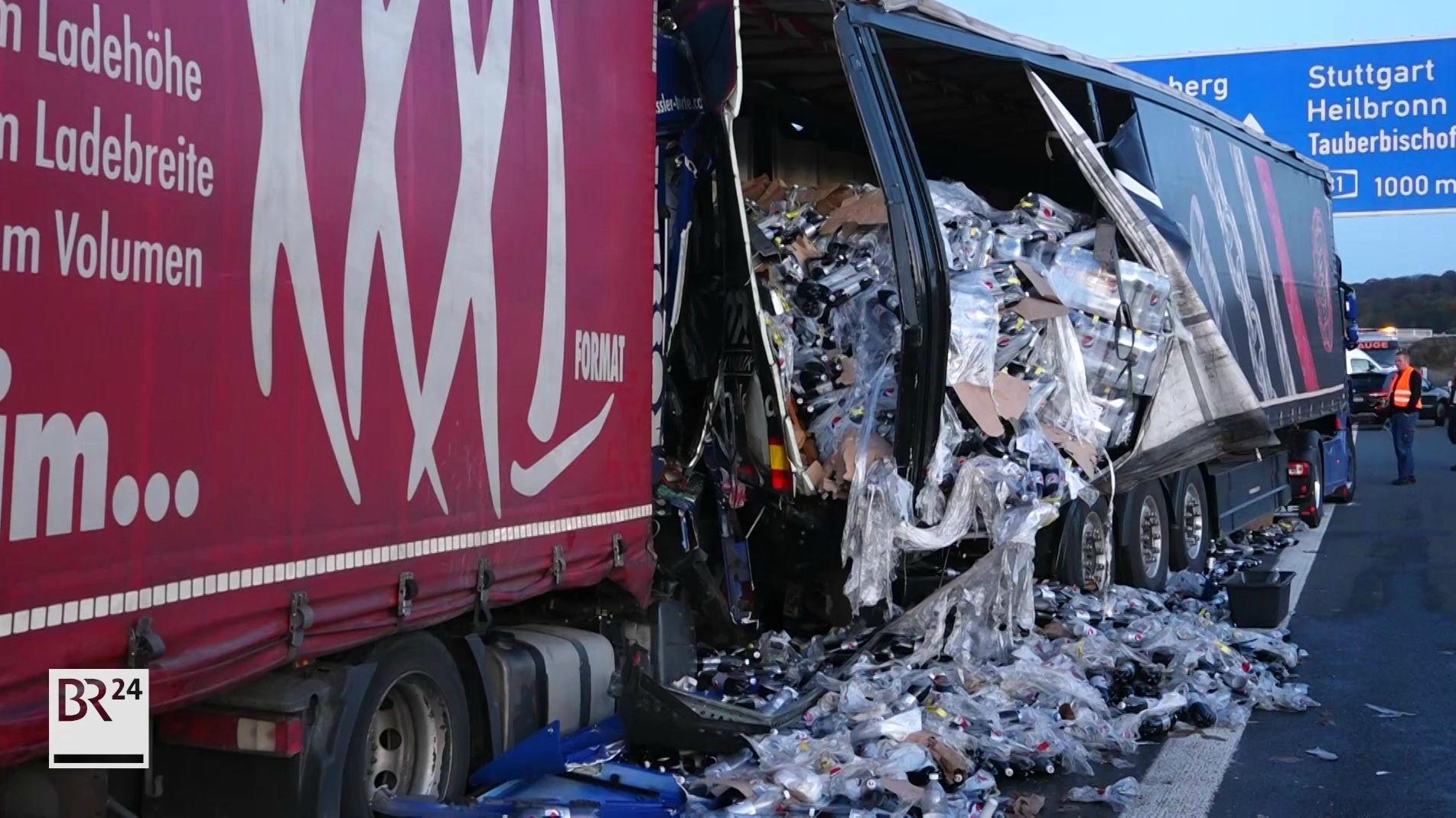 Zwei demolierte Sattelzüge stehen auf einer Autobahn.