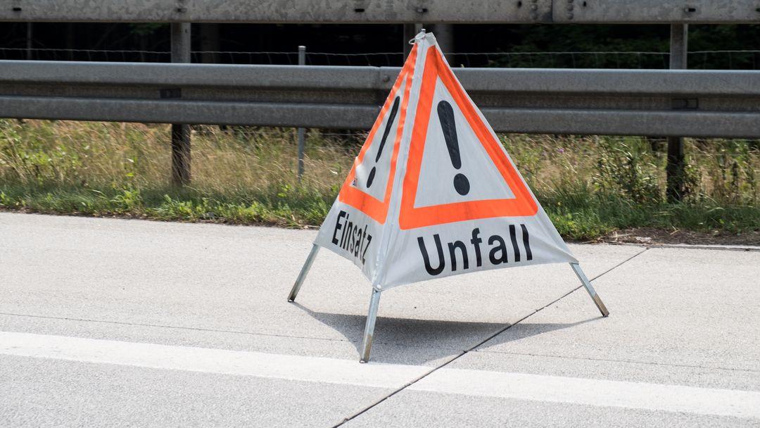 """Ein Warnschild mit der Aufschrift """"Unfall"""" wurde auf dem Standstreifen auf der Autobahn aufgestellt. (Symbolbild)"""