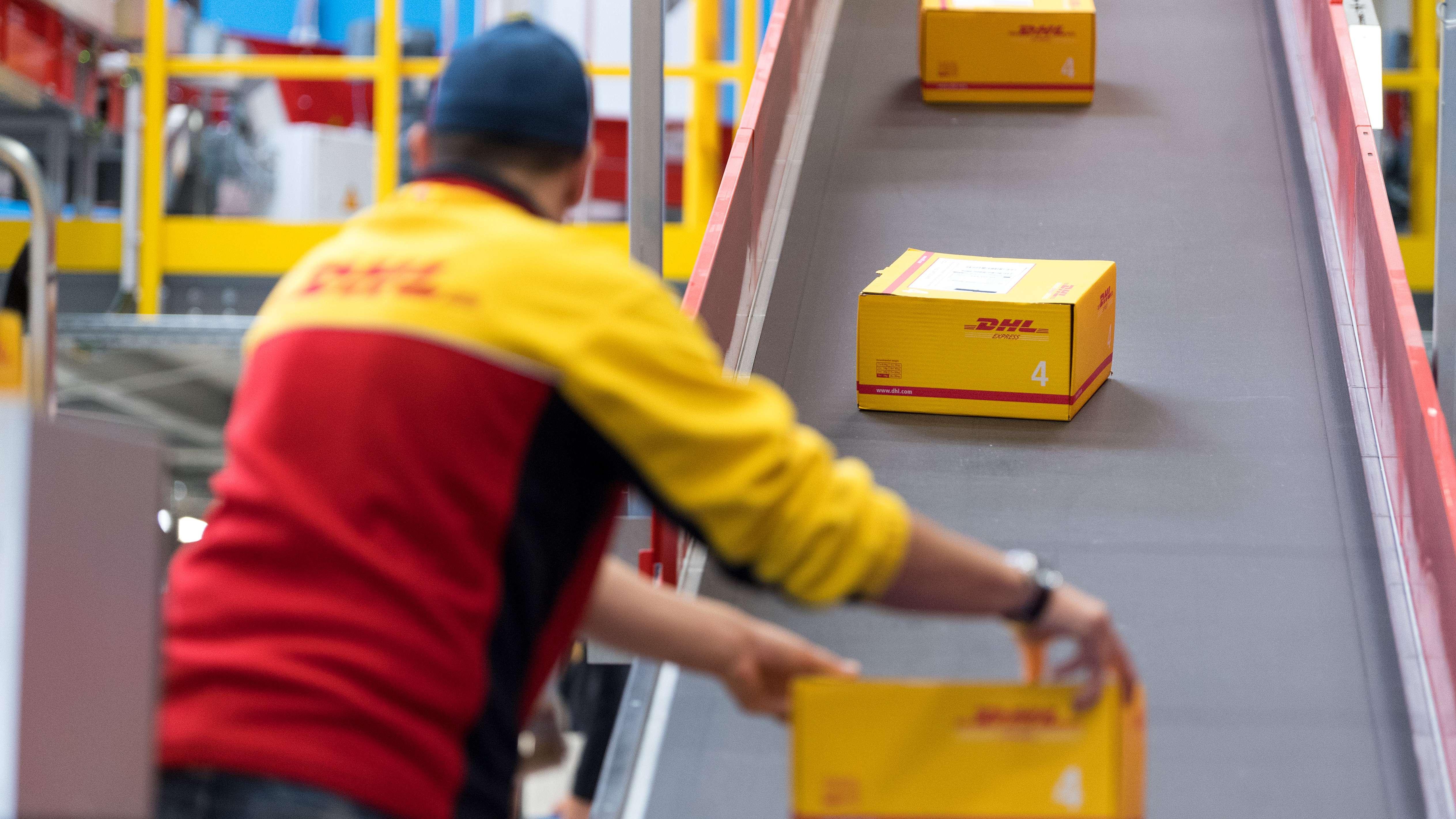 Symbolbild: DHL Mitarbeiter in Verteilzentrum