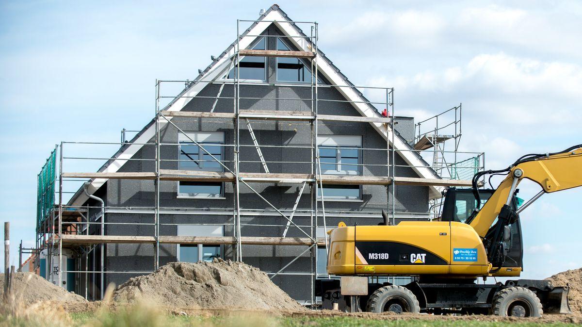 Ein eingerüsteter Rohbau eines Einfamilienhauses steht in einem Neubaugebiet in Leiferde/Niedersachsen.