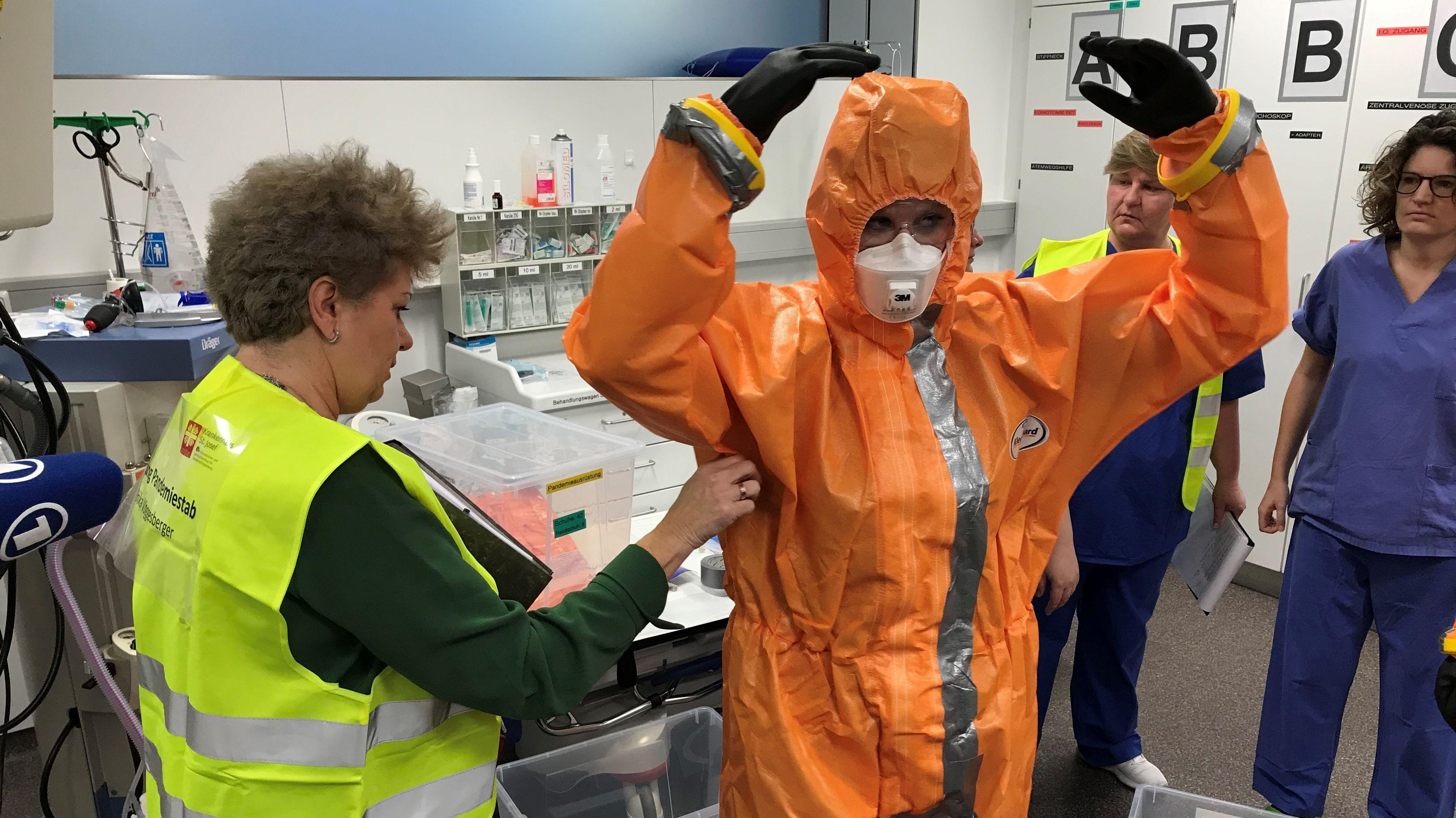 Die Mitarbeiter müssen Seuchenschutzanzüge anlegen