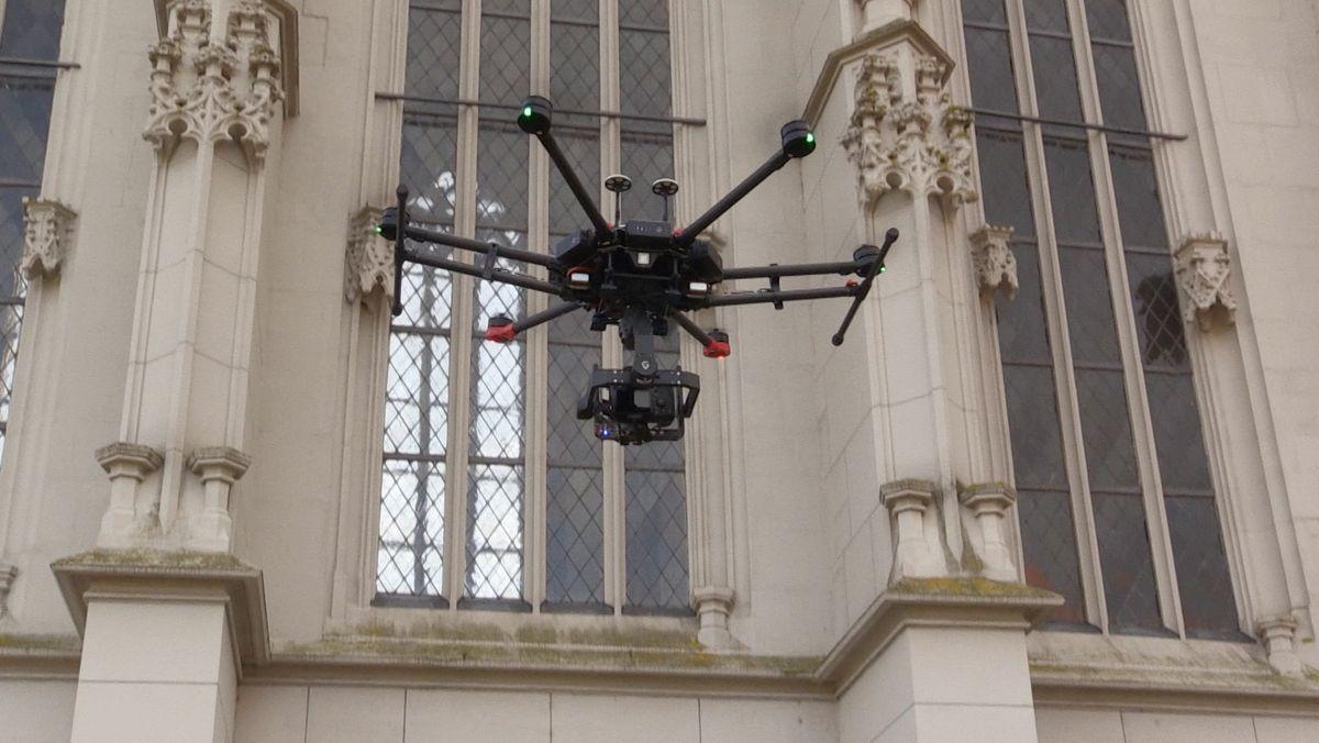 Eine Drohne vor der Ritterkapelle in Haßfurt