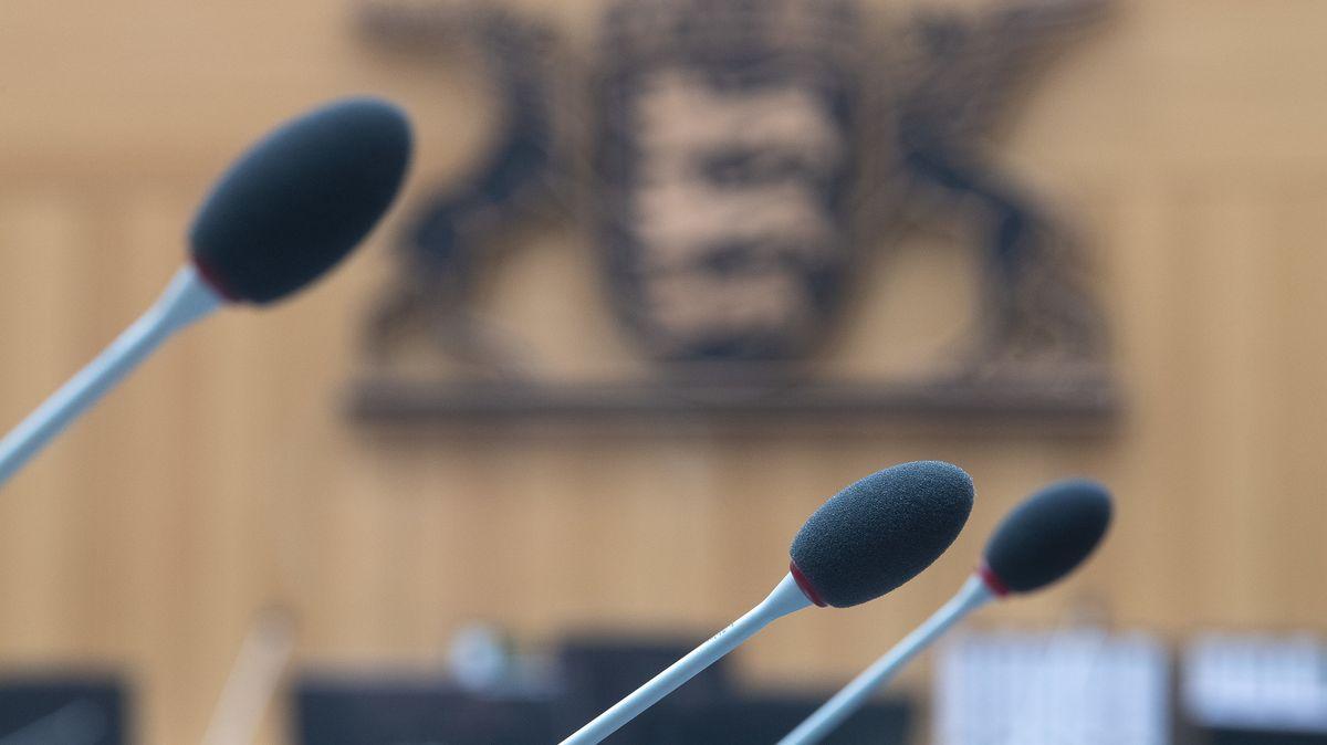 Mikrofone stehen im Saal 2 des Oberlandesgerichts Stuttgart.