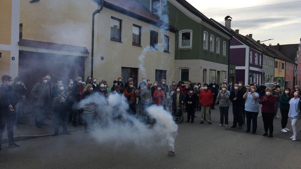 Die Demonstranten zündeten ein Feuerwerk