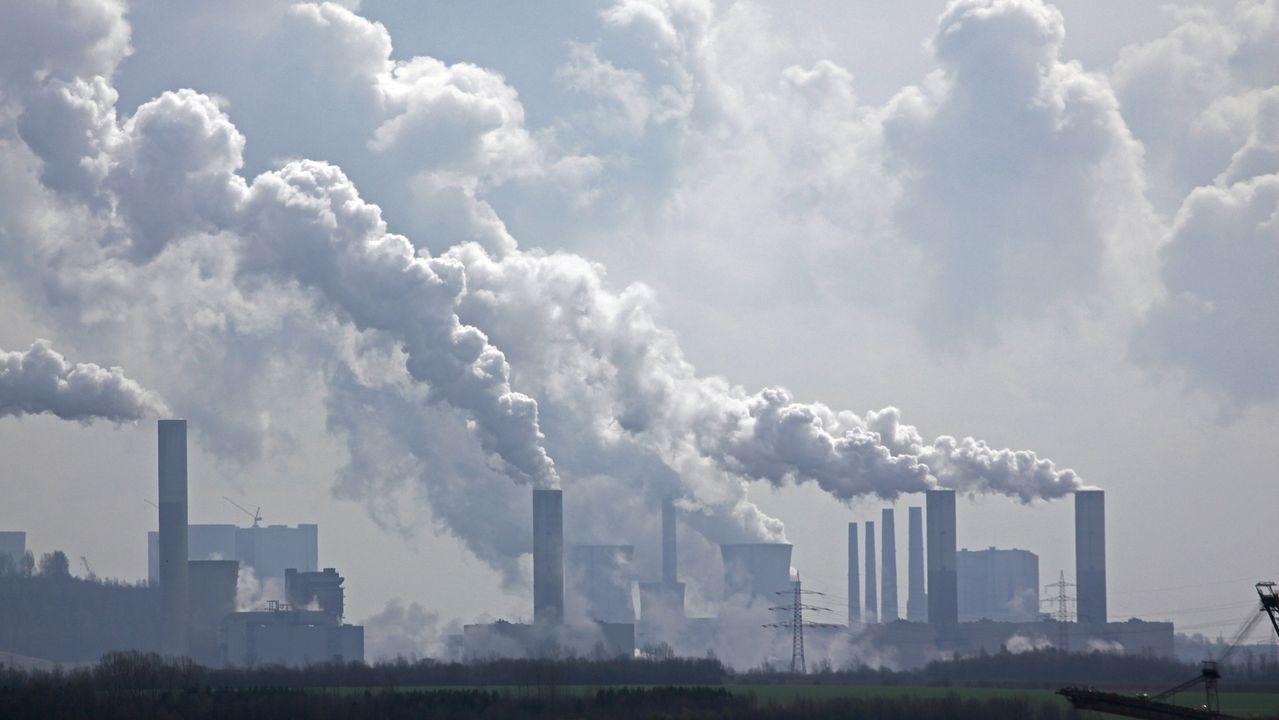 Rauchende Schornsteine eines Kraftwerks. Eine neue Studie, die in Nature erschienen ist, hat ausgerechnet, dass allein die derzeit bestehenden Kraftwerke weltweit mehr CO2 ausstoßen, als wir insgesamt weltweit produzieren dürften, um das 1,5-Grad-Ziel zu erreichen.