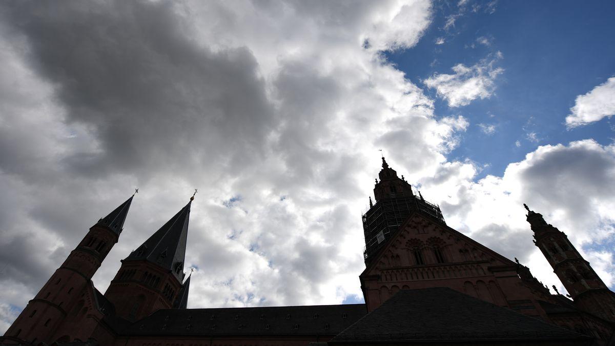 Wolken ziehen über dem Mainzer Dom hinweg (Symbolbild)