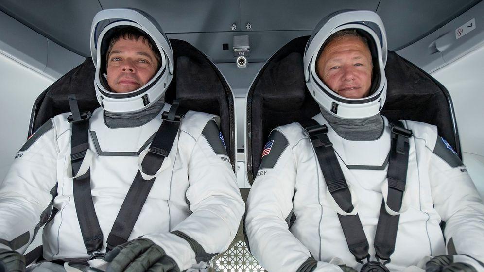 Die beiden US-amerikanischen Astronauten Robert Behnken (links) und Douglas Hurley (rechts) bei einem Test Ende März 2020 in der Crew Dragon. Mit dieser Raumkapsel soll im Mai 2020 erstmals ein bemannter Testflug des privaten Weltraum-Unternehmens SpaceX zur Internationalen Raumstation ISS durchgeführt werden.