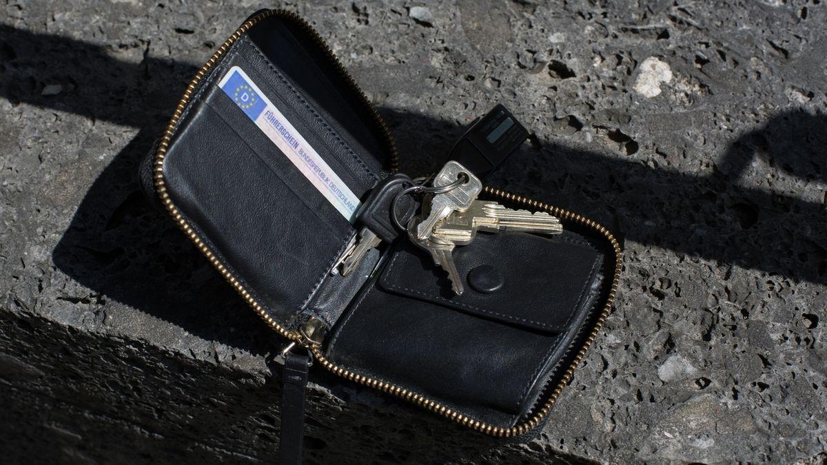 Geldbeutel mit Führerschein und Schlüsseln (Symbolbild)