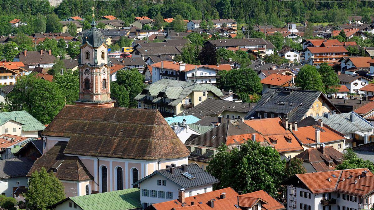 Markt Mittenwald mit Kirche