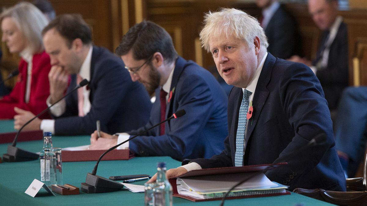 Boris Johnson (r), Premierminister von Großbritannien, leitet eine Kabinettssitzung im Außen- und Commonwealth-Büro (FCO), dem Außenministerium des Vereinigten Königreichs.