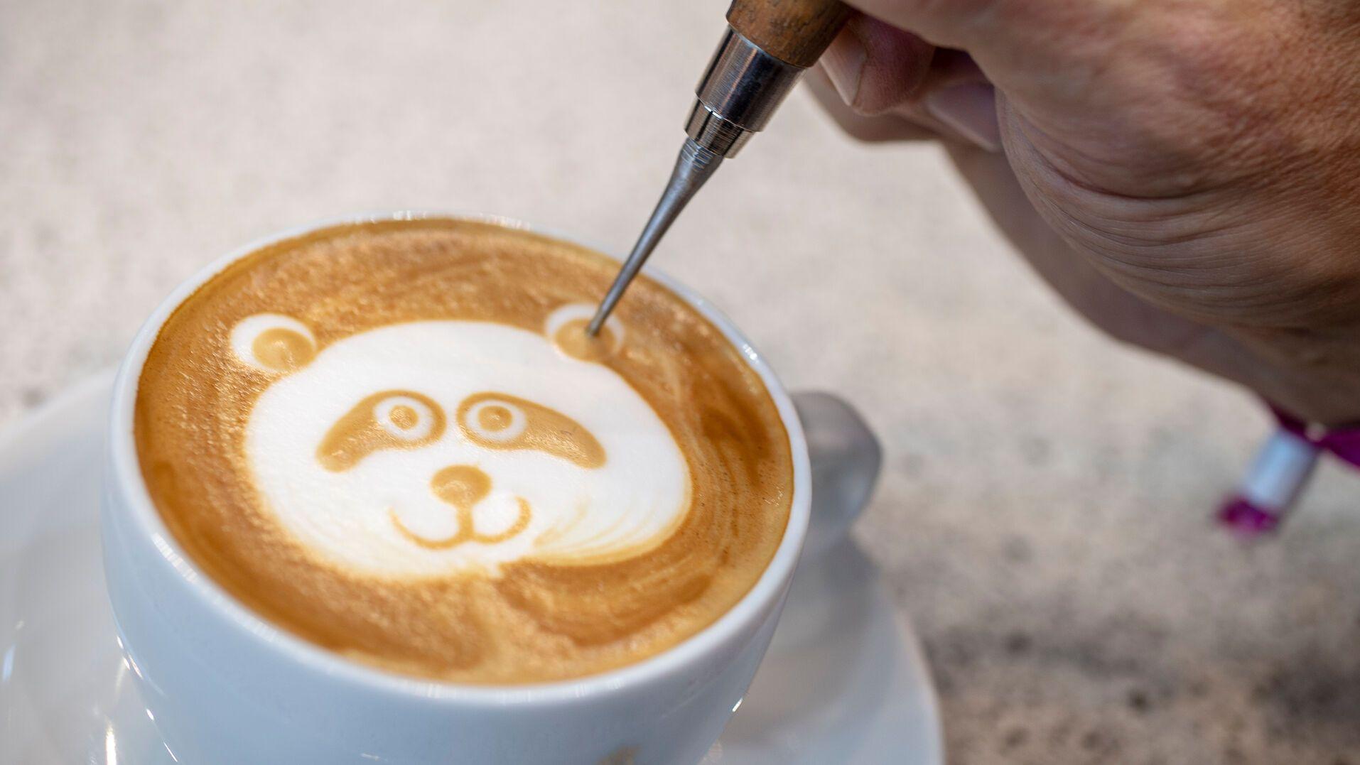 Kaffee mit Milchschaumbär-Muster.