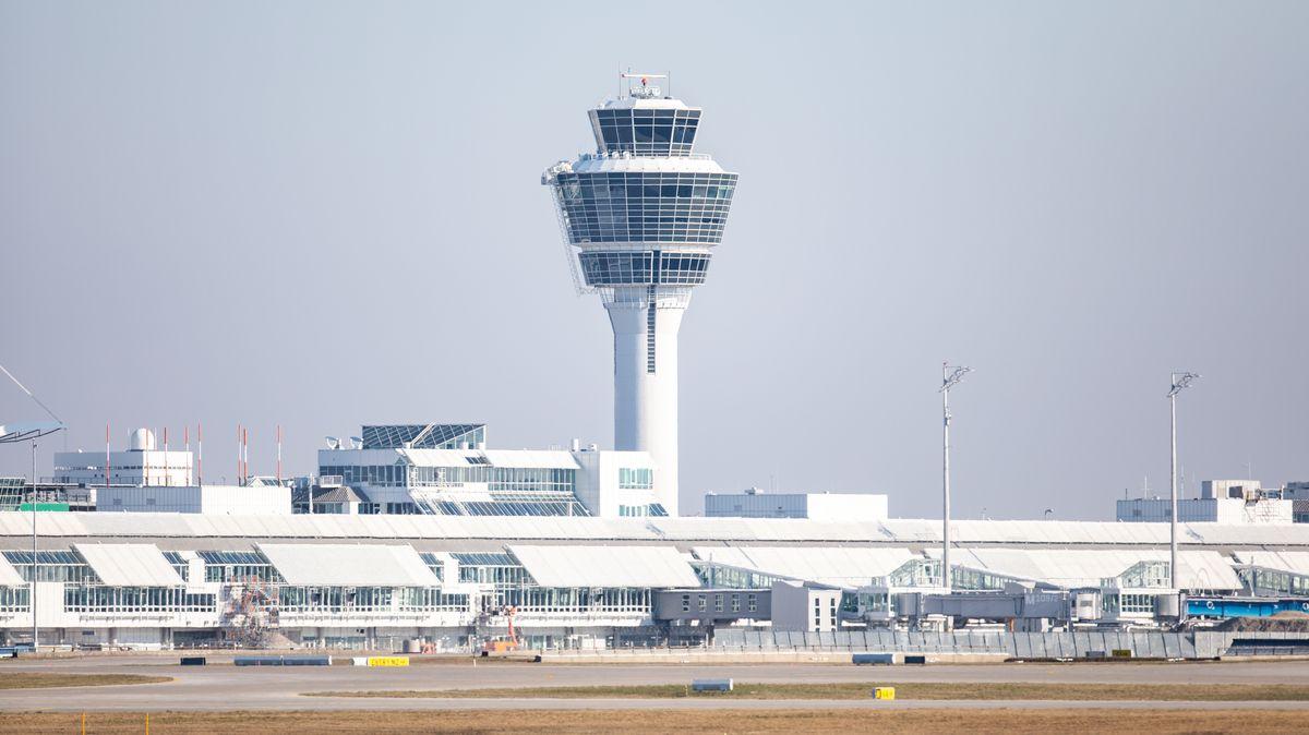 Das Vorfeld und der Tower des Münchner Flughafens.