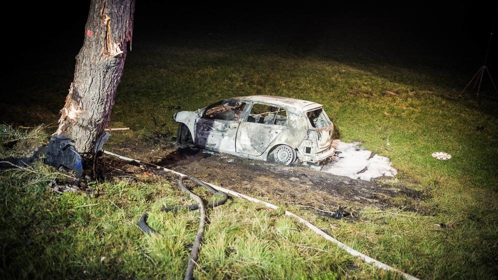 Das Auto eines 19-Jährigen ist total ausgebrannt. Der junge Mann kam beim Unfall ums Leben | Bild:NEWS5/Pieknik