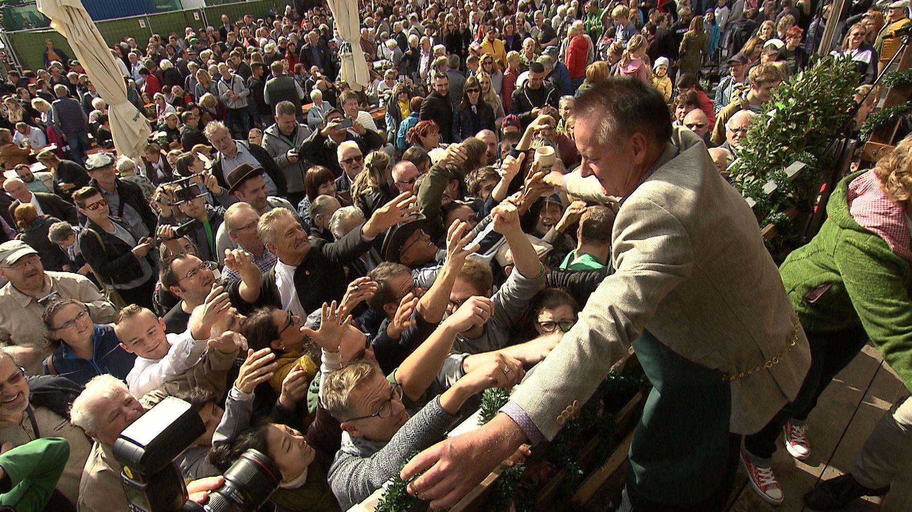 Oberbürgermeister Jung verteilt Bier an die Kirchweihbesucher