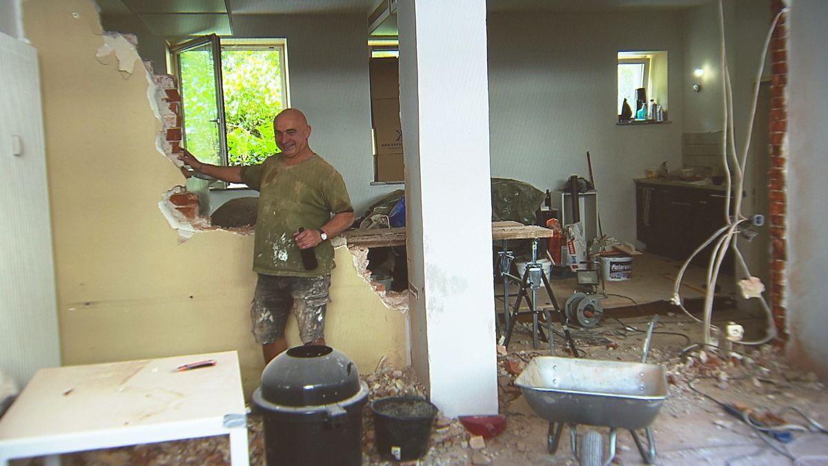 Nico Rapps Vater Walter bei den Renovierungsarbeiten