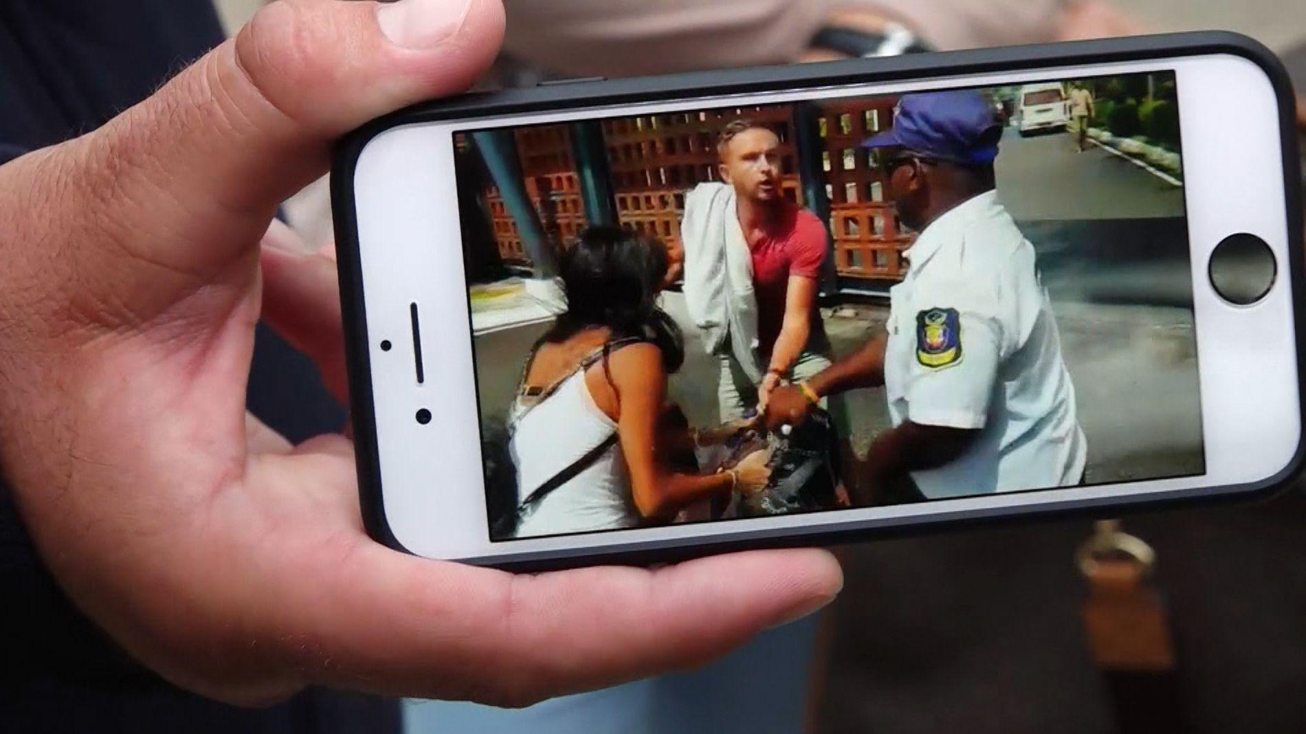 Auf einem privaten Handyvideo ist zu sehen, wie ein Security-Mitarbeiter Urlauber gewaltsam an der ABreise hindern will.