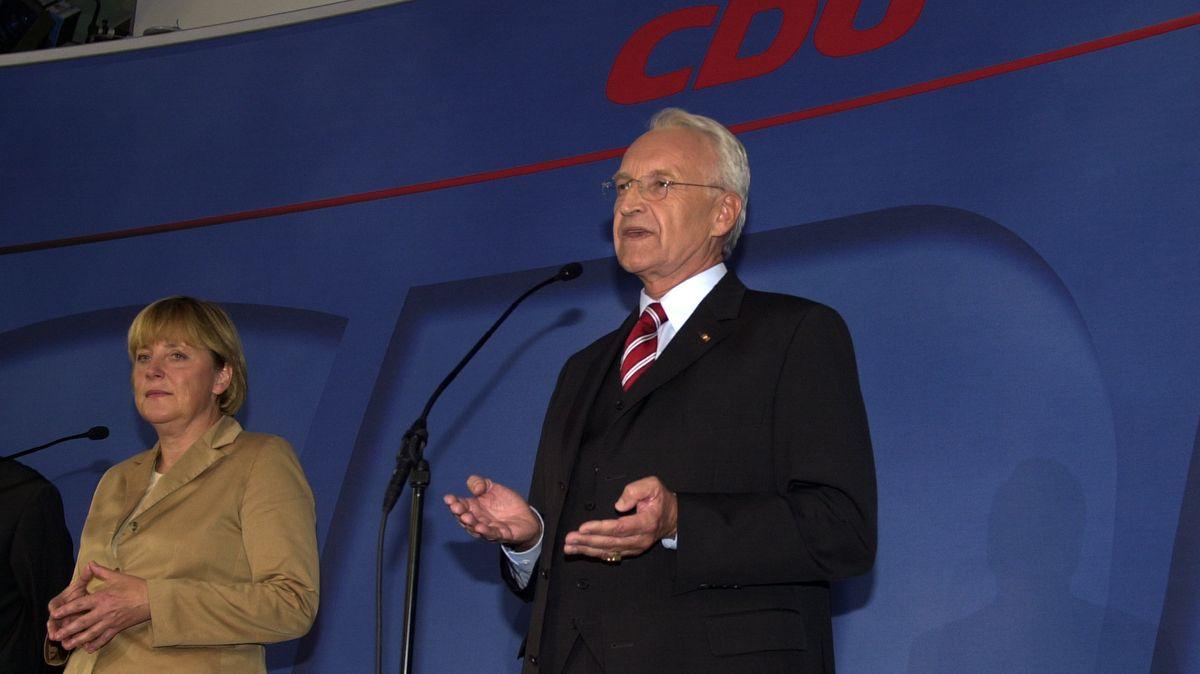 Kurz vor der offiziellen Niederlage: Kanzlerkandidat Stoiber (r.) und CDU-Chefin Merkel nach den ersten Hochrechnungen bei der Bundestagswahl 2002.