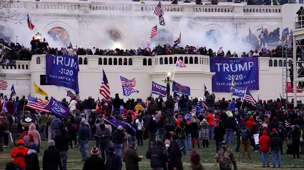 Unterstützer von US-Präsident Trump stürmen das Kapitol.
