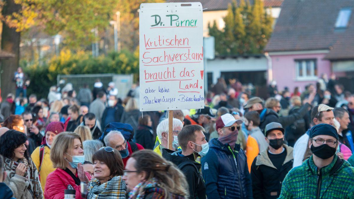 Aichach: Auf einem Schild wird für den früheren Leiter des Gesundheitsamts Dr. Pürner demonstriert. Pürner wurde nach Kritik an den Corona-Maßahmen versetzt.