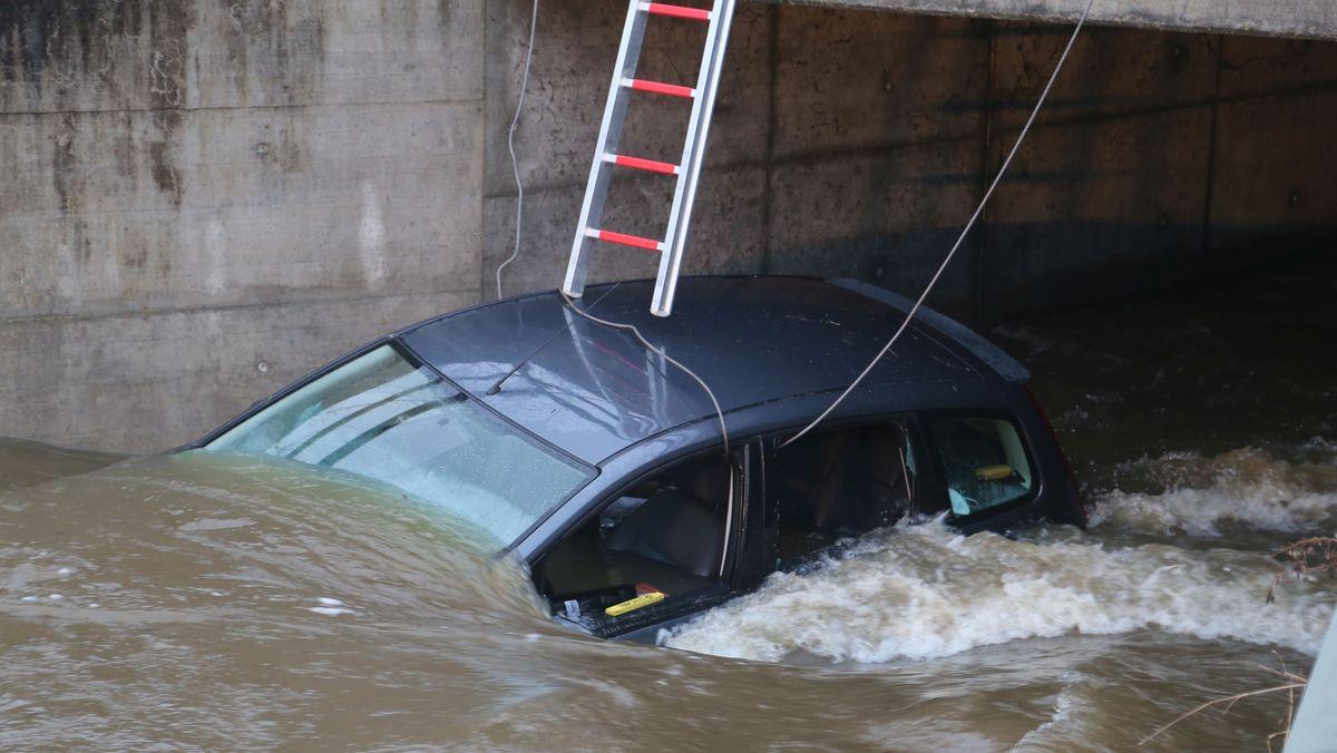 Auto im Auerbach, an einer Brücke hängengeblieben