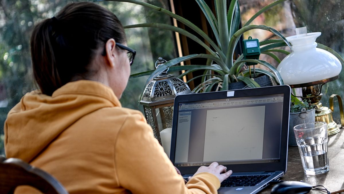 Frau sitzt am Laptop im Homeoffice