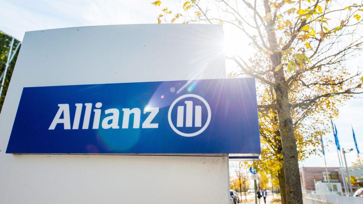 Ein Schild vor einem Gebäude der Allianz mit dem Logo des Versichungskonzerns
