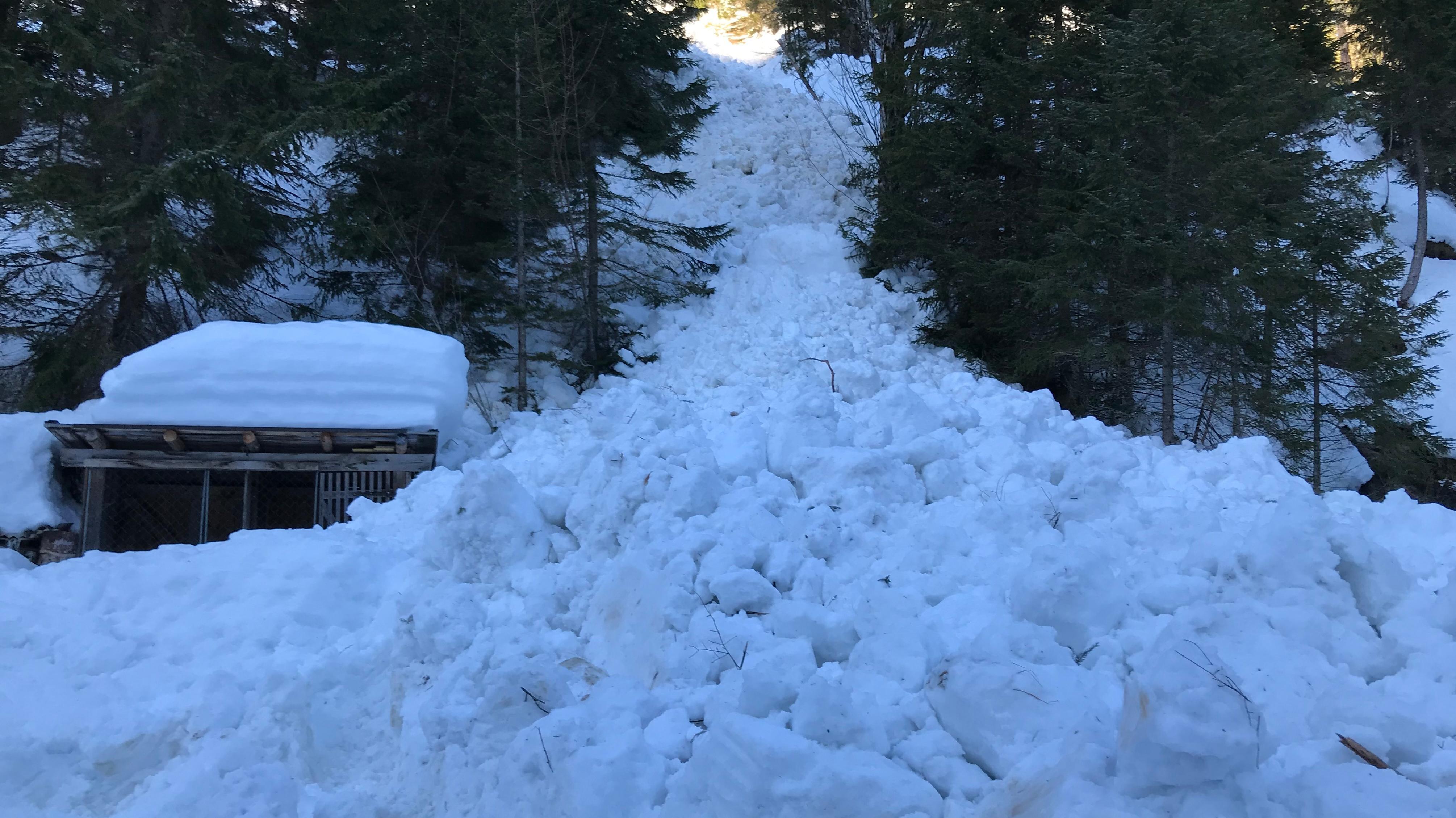 Stark komprimierter Schnee am Fuß des Hangs