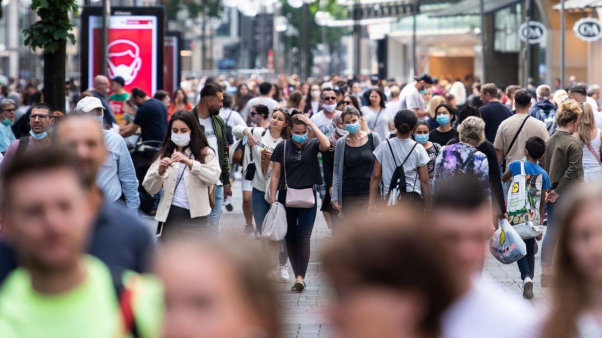 Menschen mit Masken in Köln