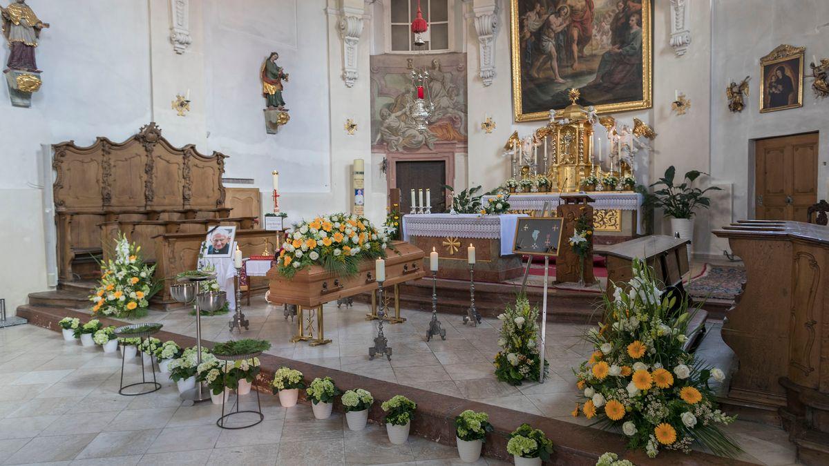 Georg Ratzinger wurde in der Stiftskirche St. Johann aufgebahrt. Die Regensburger konnten sich so persönlich von ihm verabschieden.