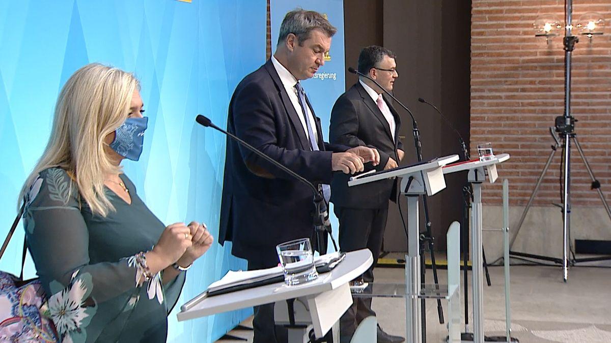 Gesundheitsministerin Huml, Ministerpräsident Söder und Staatskanzleichef Herrmann (alle CSU, v.l.n.r.) bei der Pressekonferenz am 27.07.20.