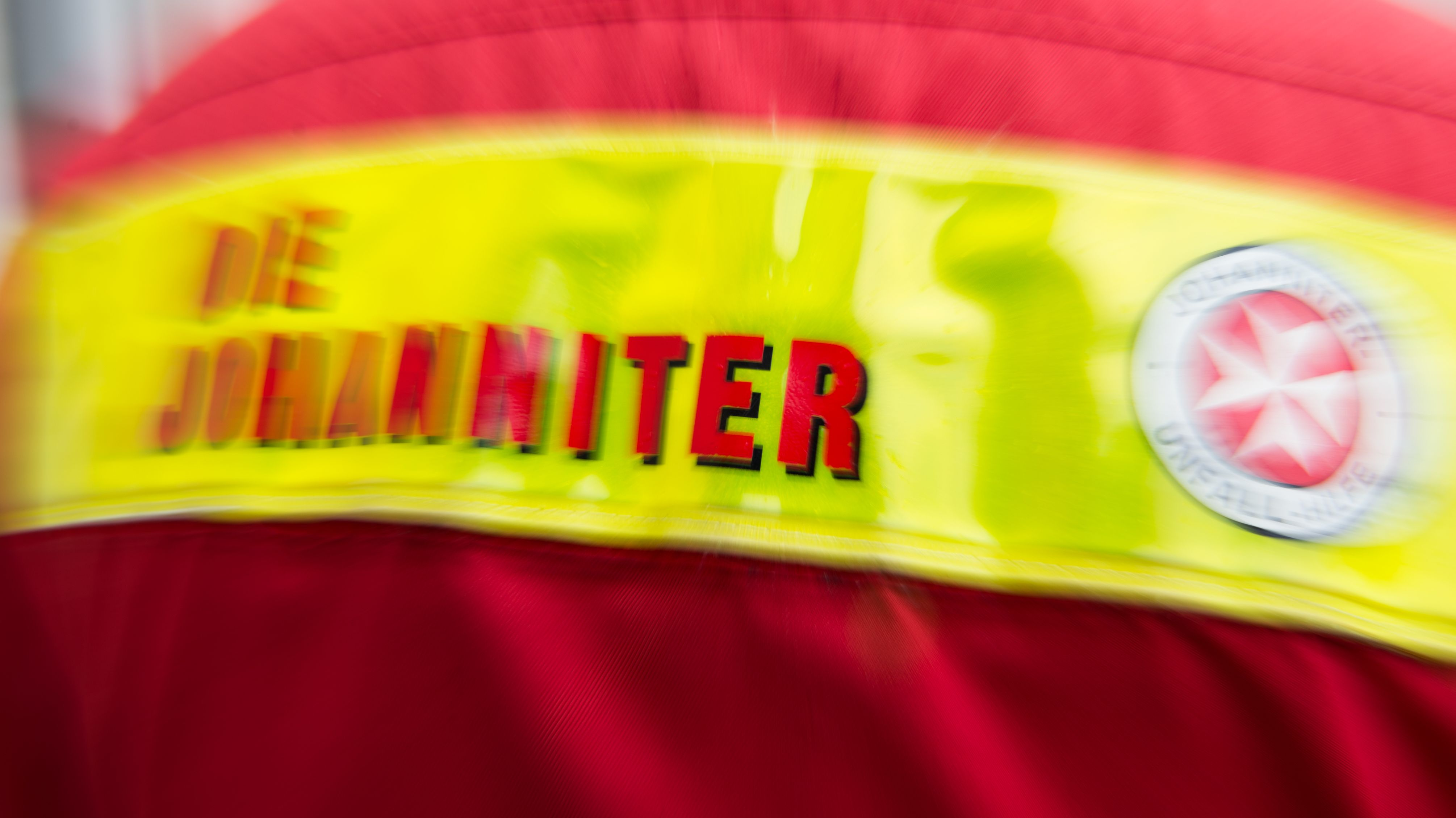 Symbolbild: Jacke mit Johanniter-Schriftzug