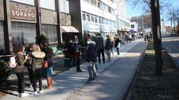 Vor einer Regensburger Pizzeria haben sich am Samstagnachmittag Menschen getummelt. Es gab Freibier.   Bild:BR/Wagner