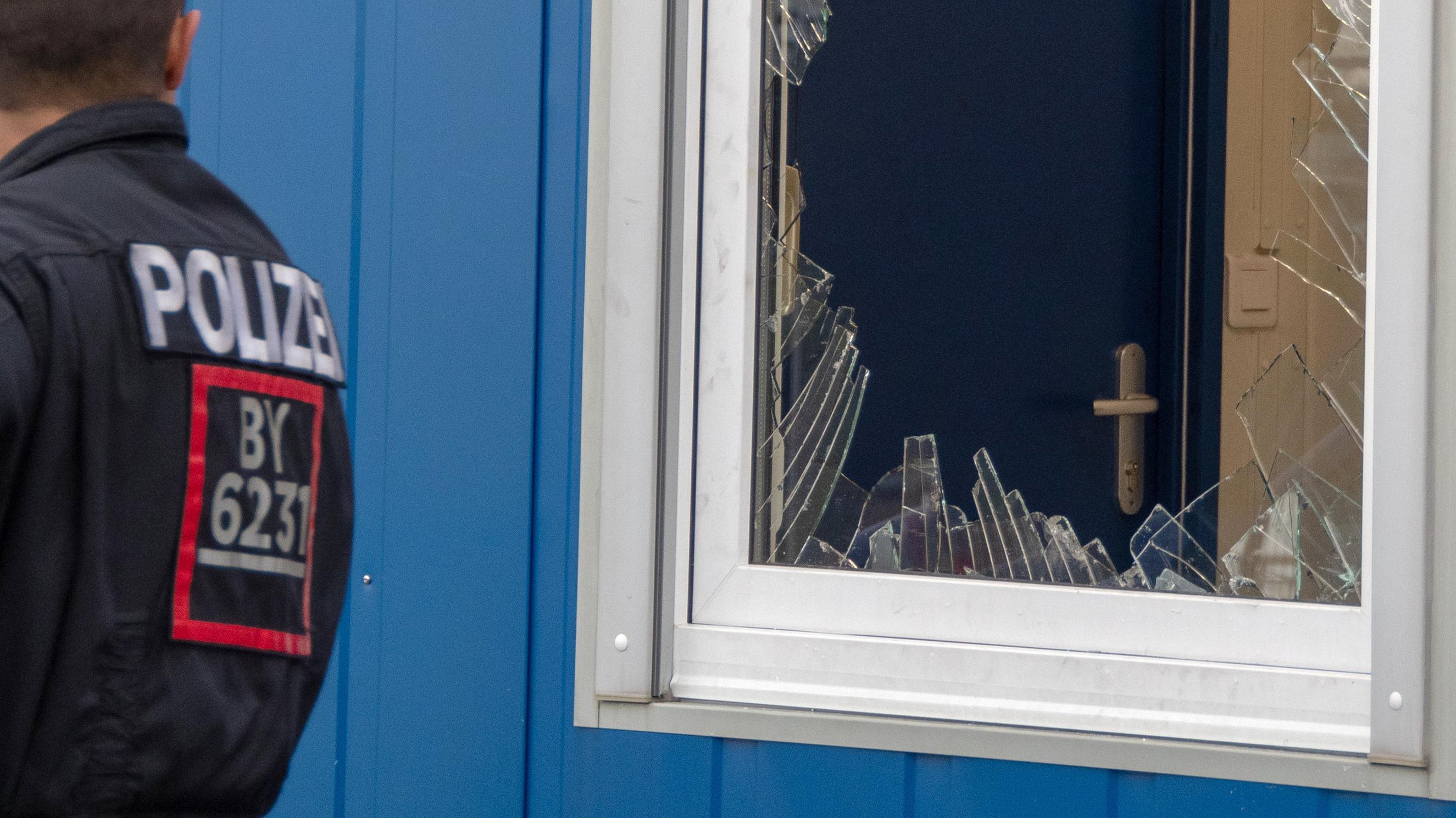 Eine zersplitterte Fensterscheibe nach dem Polizeieinsatz in Stephansposching.