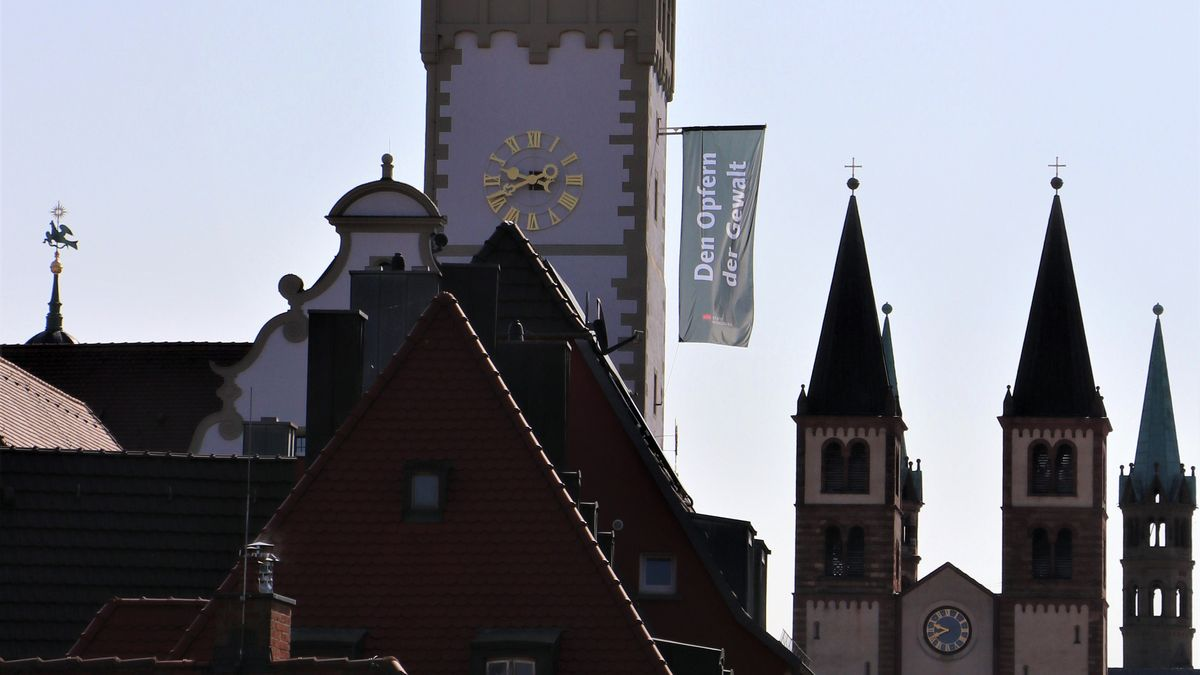 Vom Grafeneckart des Würzburger Rathauses weht fünf Jahre nach dem Axt-Attentat eine schwarze Fahne als Zeichen der Erinnerung.