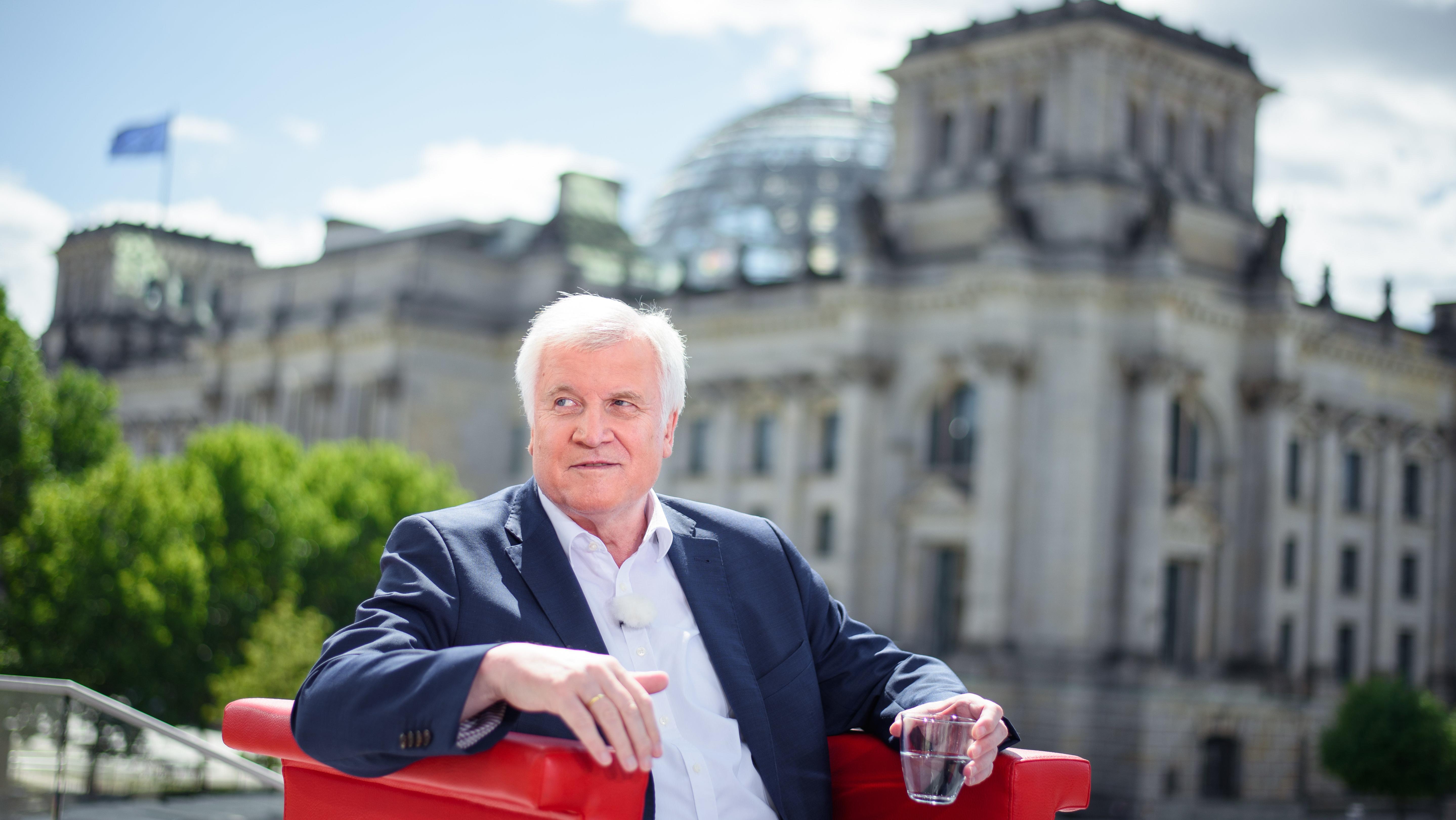 Horst Seehofer auf einem roten Sessel