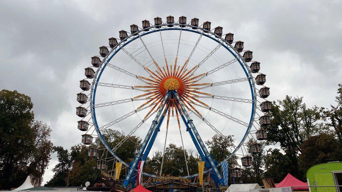 Das Riesenrad ist 50 Meter hoch und hat 40 wetterfeste Gondeln.