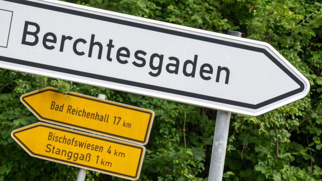Ein weißes Schild weist den Weg nach Berchtesgaden (Symbolbild).
