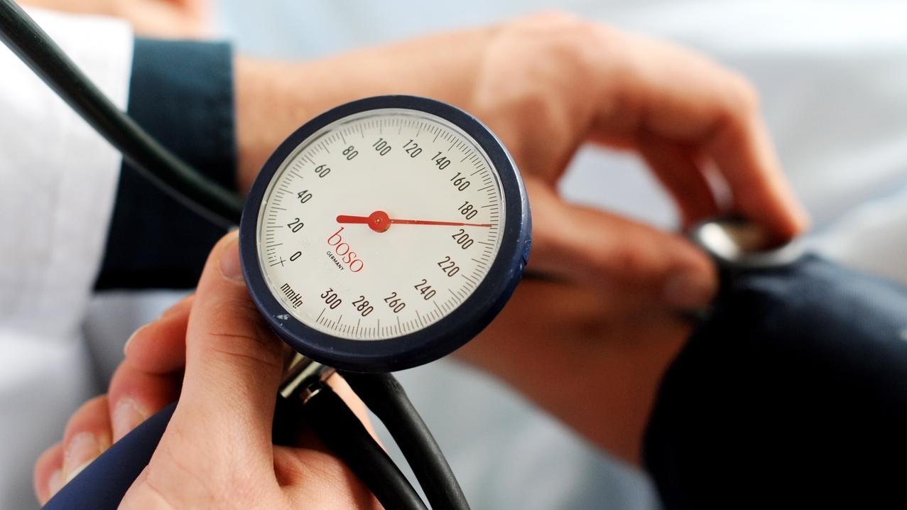 Symbolbild: Arzt misst Blutdruck