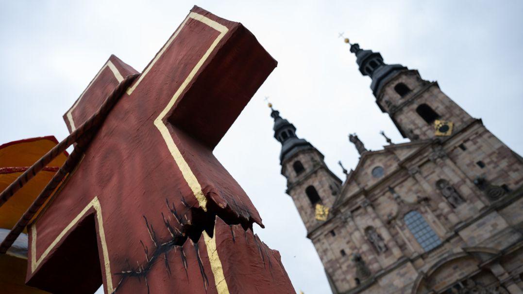 Mit dieser Großplastik demonstrieren Betroffene bei der Herbstvollversammlung der Deutschen Bischofskonferenz den Umgang mit sexuellem Missbrauch