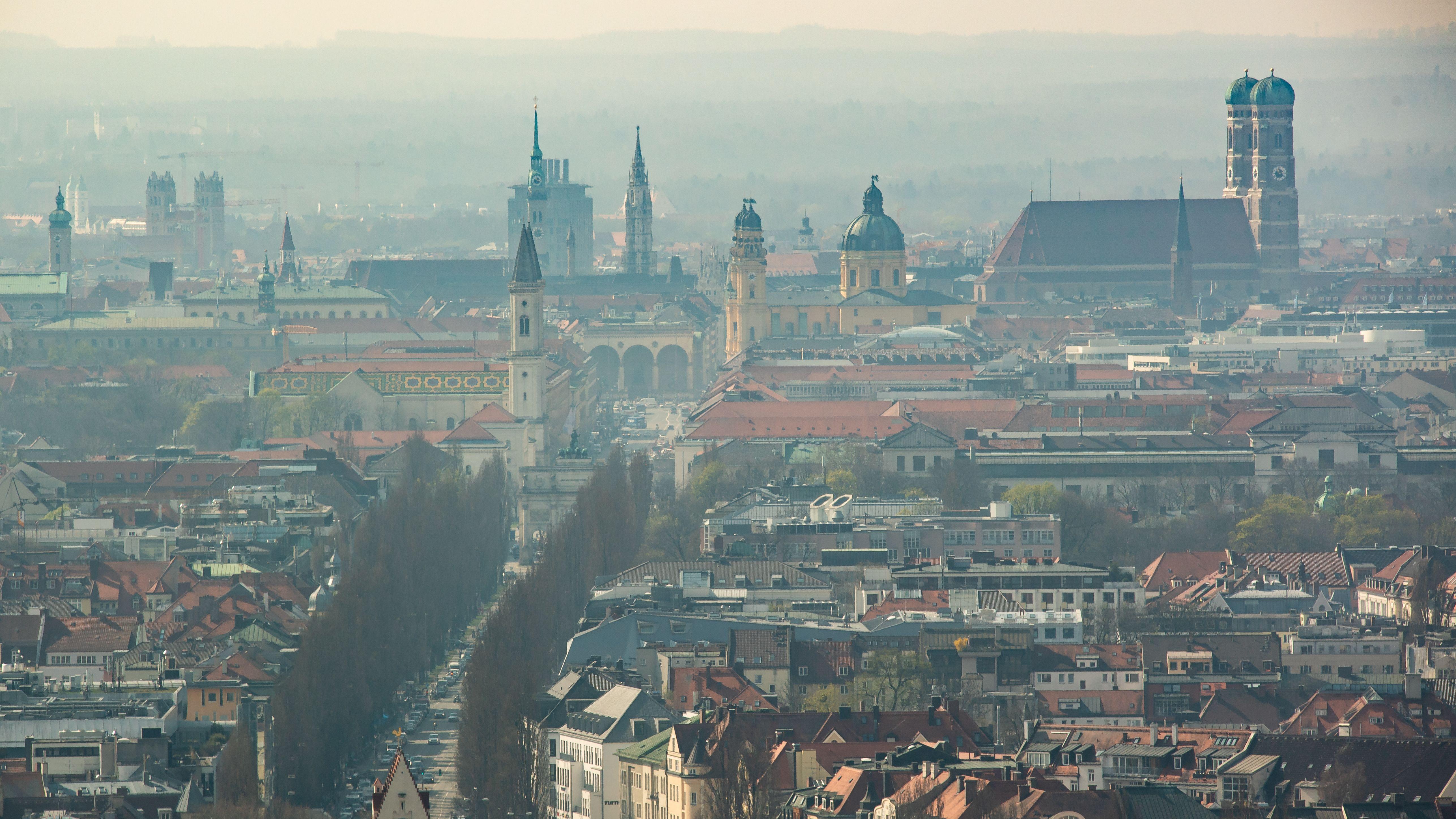 Dunst liegt über der bayerischen Landeshauptstadt, aus der die Türme der Frauenkirche und diverser anderen Gebäude herausragen.