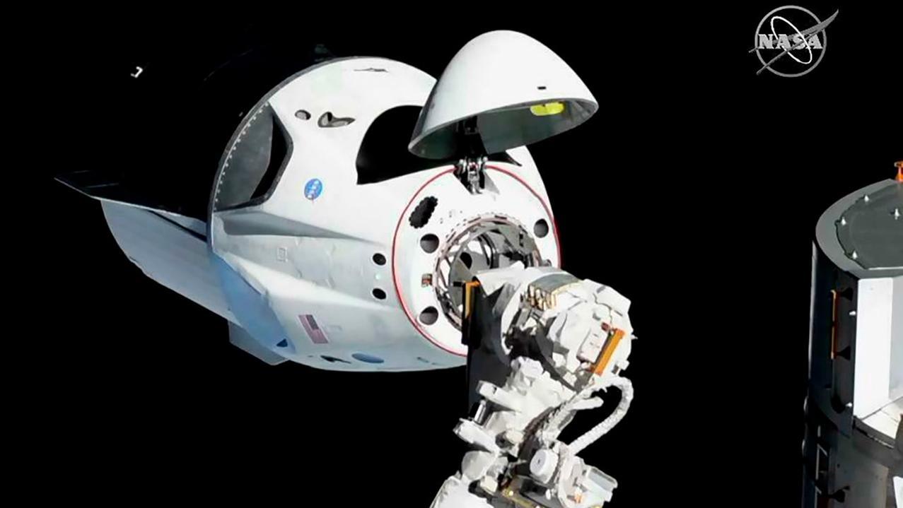 Die neue Crew-Kapsel von SpaceX ist kurz vor dem Andocken an die Internationale Raumstation (ISS).