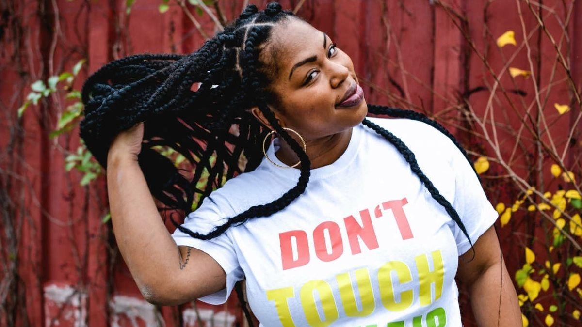 """Joana Mayr trägt ein T-Shirt mit der Aufschrift """"Don't touch my hair""""."""