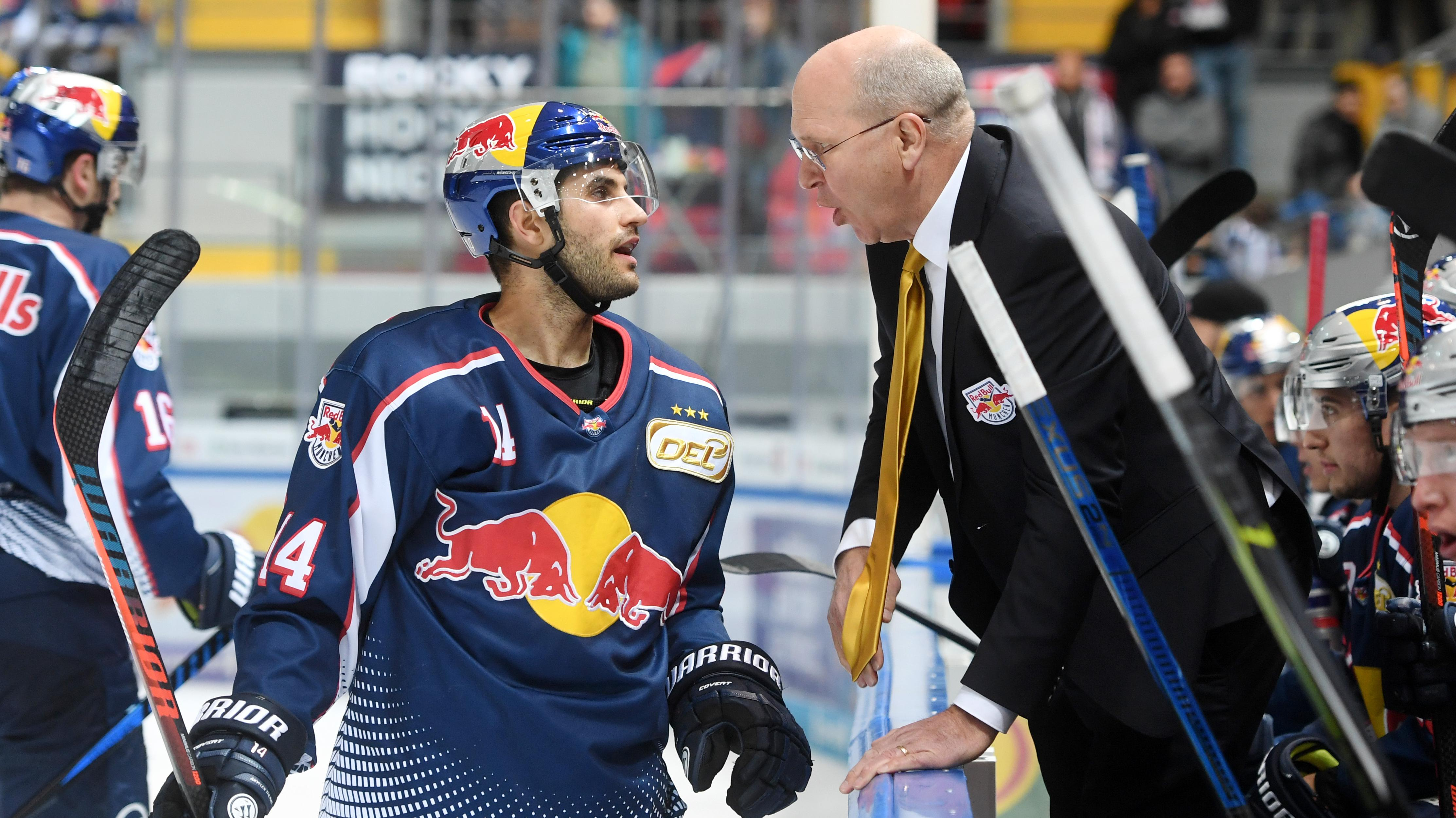 Der Trainer von Red Bull München, Don Jackson, spricht mit seinem Spieler Justin Shugg.