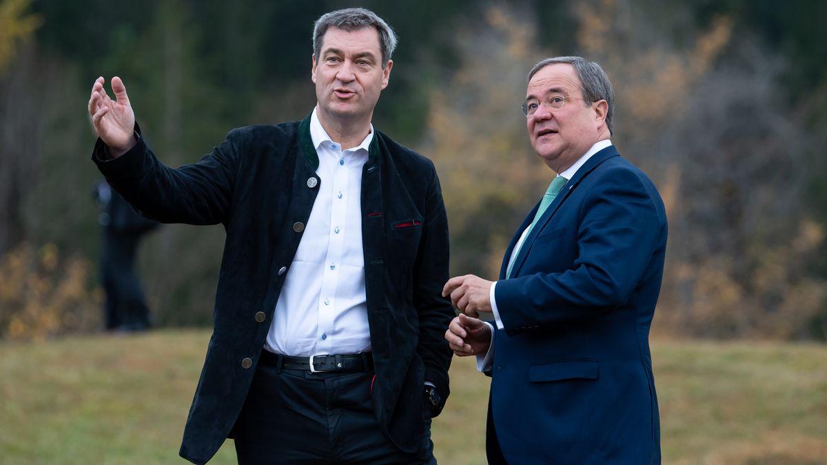 Krün, 25.10.19: Bayerns Ministerpräsident Söder (l.) und sein nordrhein-westfälischer Amtskollege Laschet bei der Ministerpräsidenten-Konferenz.
